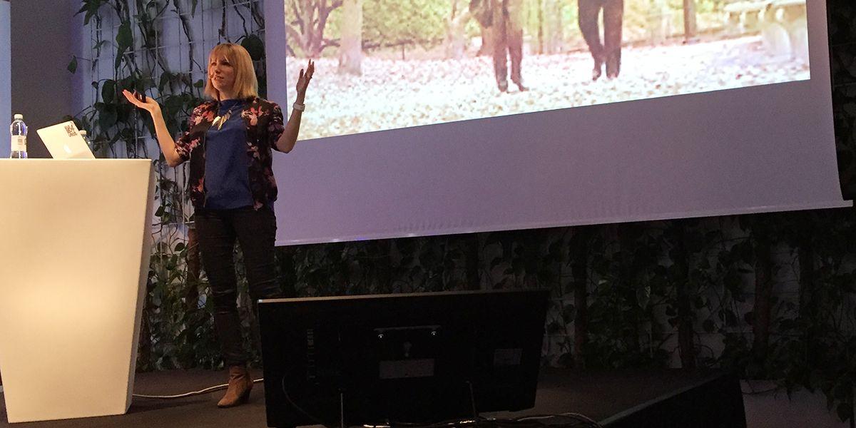 Angel Anderson pratar om romantiska komedier som inspirationskälla för relationen mellan produkt och kund (foto: Magnus Nilsson)